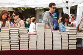 People with books in Sant Jordi — Stock Photo