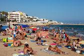 Insanlar sitges akdeniz beach — Stok fotoğraf