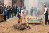 Cooking onion on bonfire during Calcotada in Valls — Stock Photo