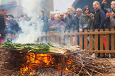 Cooking calsot on open fire during Calcotada — Stock Photo