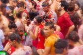 People in La Tomatina festiva — Stock Photo