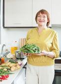 成熟した主婦のオクラの調理 — ストック写真