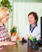 Woman and  doctor discussing medical issues — Stock Photo