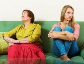 Volwassen vrouw en dochter die conflict veroorzaken — Stockfoto