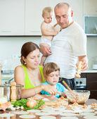 Familie von vier machen knödel mit roter fisch — Stockfoto