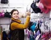 žena výběr podprsenky v obchodě — Stock fotografie