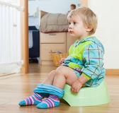 Menina sentada no penico — Foto Stock
