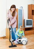 Mother with child cleaning home — 图库照片