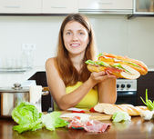 Woman  with cooked  spanish sandwiches — Stock Photo