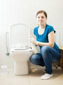 Mulher escova de vaso sanitário com esponja de limpeza — Foto Stock