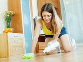 Giovane casalinga preoccupantesi per parquet — Foto Stock