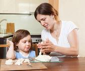 Mom teaches the girl to mold dough figurines — Stock Photo