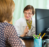 Mature doctor giving reccomendation to woman — Stock Photo