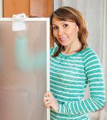 žena čištění skleněné dveře — Stock fotografie