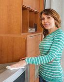 Mujer feliz limpieza tv — Foto de Stock
