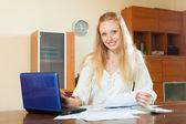 Femme travaillant avec les documents financiers — Photo
