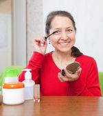 Donna matura mascara sue ciglia — Foto Stock