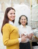 девушка выбирает свадебные аксессуары в магазине свадебные — Стоковое фото