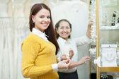 女售货员帮助新娘选择婚纱配件 — 图库照片