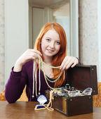 Teen girl chooses jewelry — Stock Photo