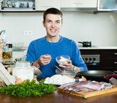 Man cooking calamari — Stock Photo