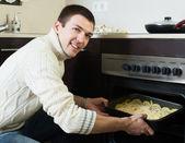Adam et pişirme — Stok fotoğraf
