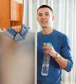 Uomo felice pulizia mobili in casa — Foto Stock