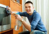 Guy in heim-reinigungs-tv im wohnzimmer — Stockfoto