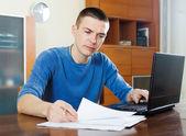 Ernste mann starren finanzdokumente — Stockfoto