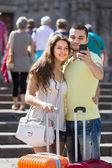 Par gör selfie på gatan — Stockfoto