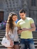 Couple à l'aide de la carte au smartphone — Photo