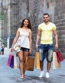 молодые туристы в шоппинг тур — Стоковое фото