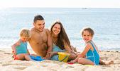 Plajda dört kişilik aile — Stok fotoğraf
