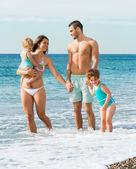 семьи из четырех человек на пляже — Стоковое фото