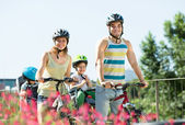 Family traveling on bicycles — Stockfoto
