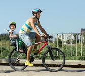 与骑自行车的孩子的父亲 — 图库照片