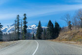 Road to snowy heights in mountains — Stock Photo