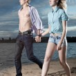 The guy and the girl go on a beach — Stock Photo