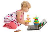 Маленькая девочка, глядя на ноутбук — Стоковое фото