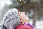 The young girl catches snowflakes — Stockfoto