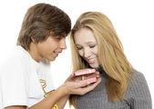 Pojke och flicka med presentask — Stockfoto