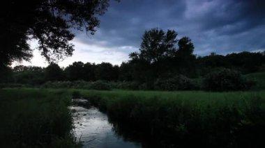 Movimiento de las nubes sobre el río. — Vídeo de stock