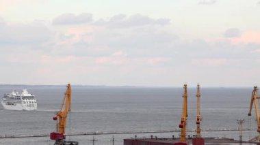 Navio de cruzeiro do oceano deixa o porto de odessa, Ucrânia, full hd (lapso de tempo) — Vídeo stock