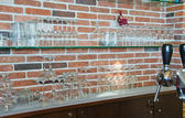 与高脚杯玻璃货架 — 图库照片