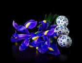 Tre uova di Pasqua con bouquet di iris — Foto Stock