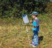 мальчик рисует картину — Стоковое фото
