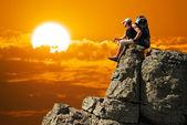 Man on peak of mountain — ストック写真