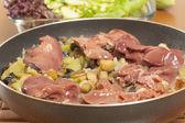 Rå kycklinglever med grönsaker — Stockfoto