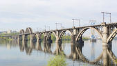 Le pont de chemin de fer au-dessus de la rivière — Photo