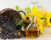 Sunflower oil and sunflower seeds — Stock Photo